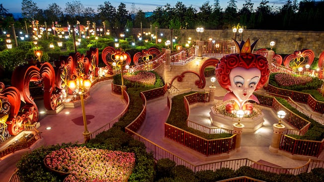 alice in wonderland maze attractions shanghai disney resort. Black Bedroom Furniture Sets. Home Design Ideas